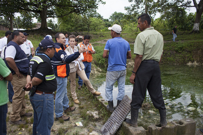 Officials with the Guatemalan government and the UN speak with Sayaxché residents affected by the contamination of the La Pasión River. Photo by CONRED Guatemala.
