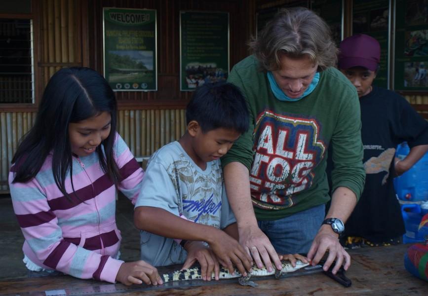 Merlijn van Weerd with school children. Photo courtesy of Merlijn van Weerd and the Field Museum.