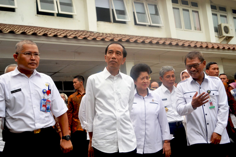 President Joko Widodo (center) poses for a picture with local officials after visiting a hospital in South Sumatra's Ogan Komering Ilir regency. Photo by Mujianto