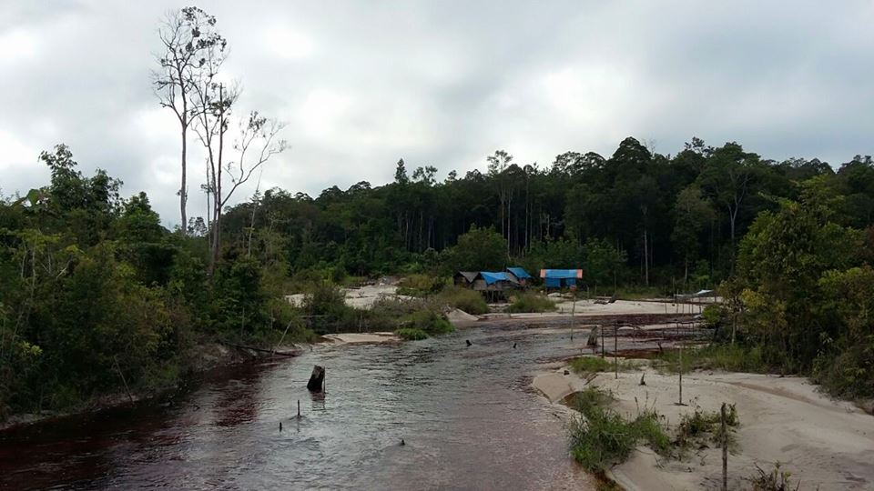Small-scale gold mining by the river in Mungku Baru. Photo by Indra Nugraha
