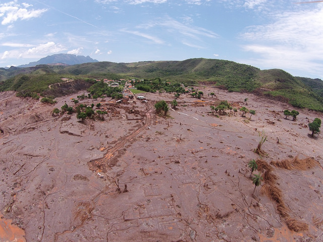Mud deposits along the Doce River, Minas Gerais. Photo by Victor Moriyama/Greenpeace.