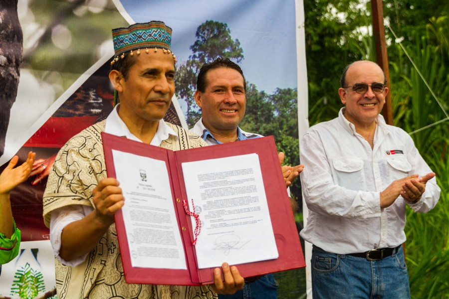 President Humala holds the official declaration of Sierra del Divisor National Park. Photo by Candy Vilela/CEDIA.