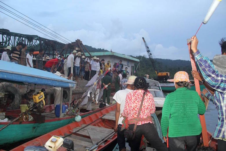 Activists surround a sand barge in Andoug Teuk estuary in Koh Kong province. Photo courtesy of Mother Nature Cambodia.