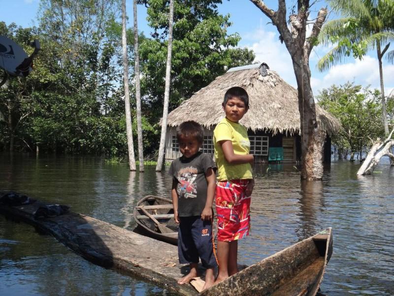 Children in the flooded community of Santa Clara de Tarapoto. Photo by Elvira Durán.