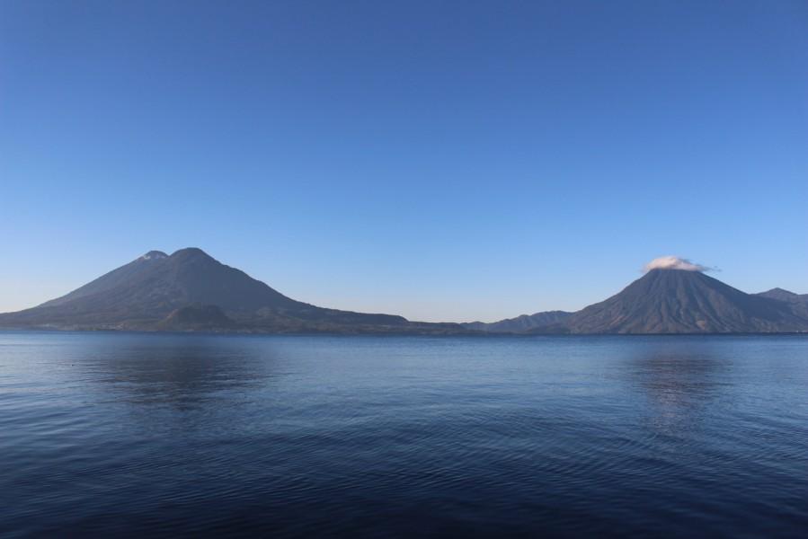 Los volcanes guatemaltecos suelen rebasar los 3,500 metros de altitud. Sus suelos y humedad son el habitat ideal del pinabete o abeto guatemalteco. Foto de Carlos Chávez.