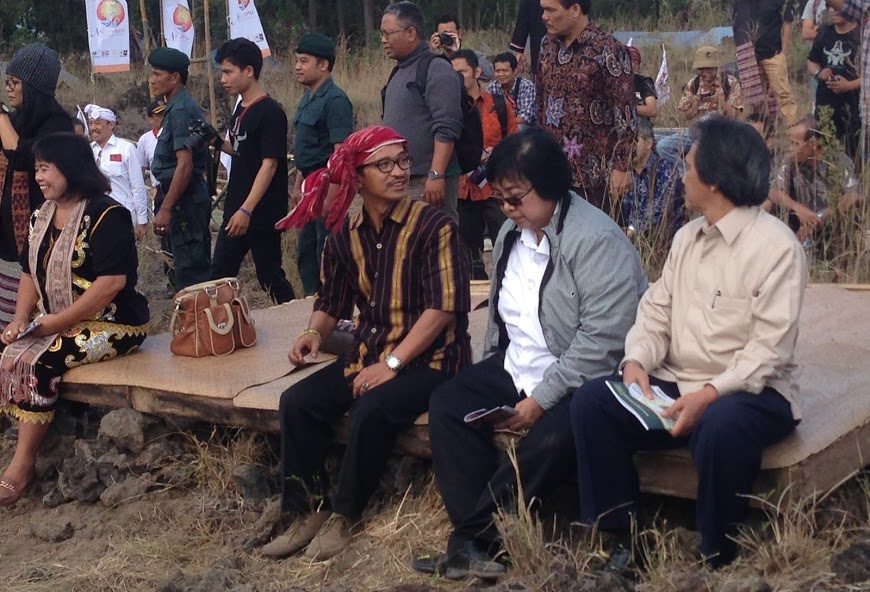 AMAN secretary general Abdon Nababan (red bandanna) sits beside the forestry minister, Siti Nurbaya (center) and ministry official Hadi Daryanto at the Nusantara Festival in Bali in August, where a hoped-for announcement on a new task force for indigenous peoples did not materialize. Photo by Cory Rogers