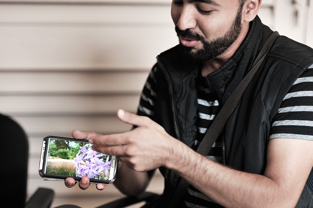 After a walk around the historic Maltese city of Mdina photographing flowers, a Syrian participant discussed one of his photographs. Photo by Kasia Zmokla.