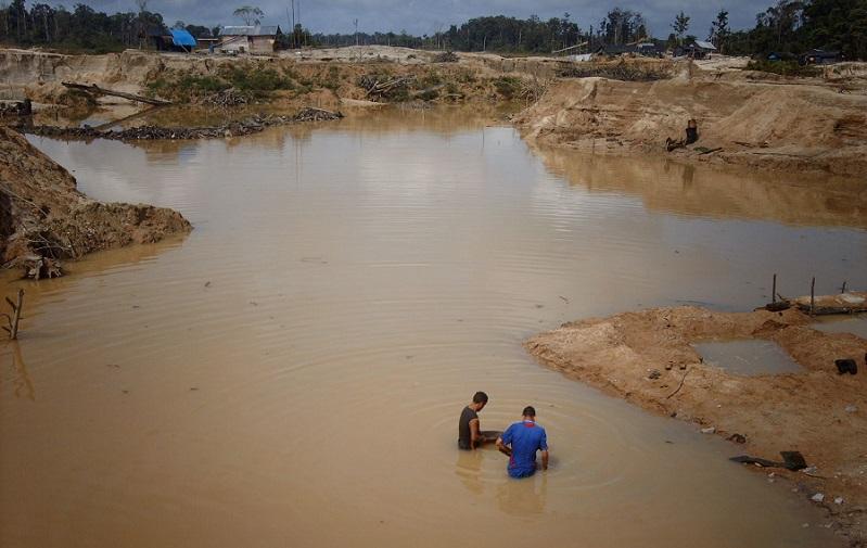 Inmensas lagunas artificiales donde se mezcla mercurio, gasolina y lodo donde antes hubo un tupido bosque amazónico. Foto cortesía de Ana Gisela Pérez.