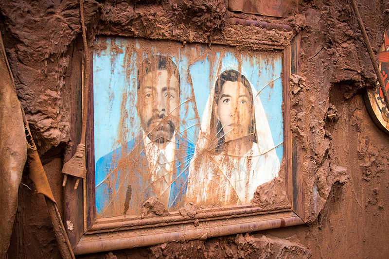 A mud-spattered family portrait in a ruined home. Photo by Romerito Pontes from São Carlos licensed under the Creative Commons Attribution 2.0 Generic license.