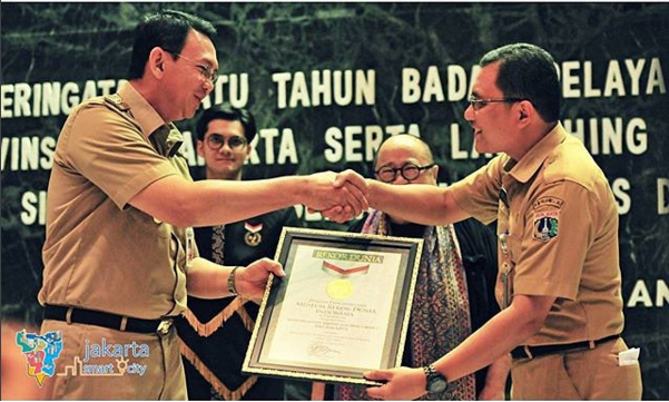 Governor Ahok, left, celebrates the accomplishments of Jakarta's one-stop licensing service at an event in January. Photo courtesy of Ahok's Instagram feed
