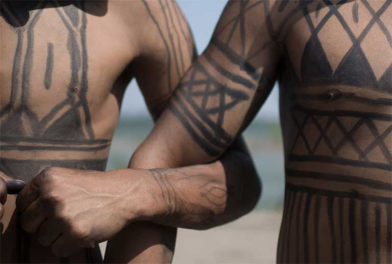 Munduruku arms joined in union. Photo by Anderson Barbosa of the Anderson Barbosa / Fractures Collective