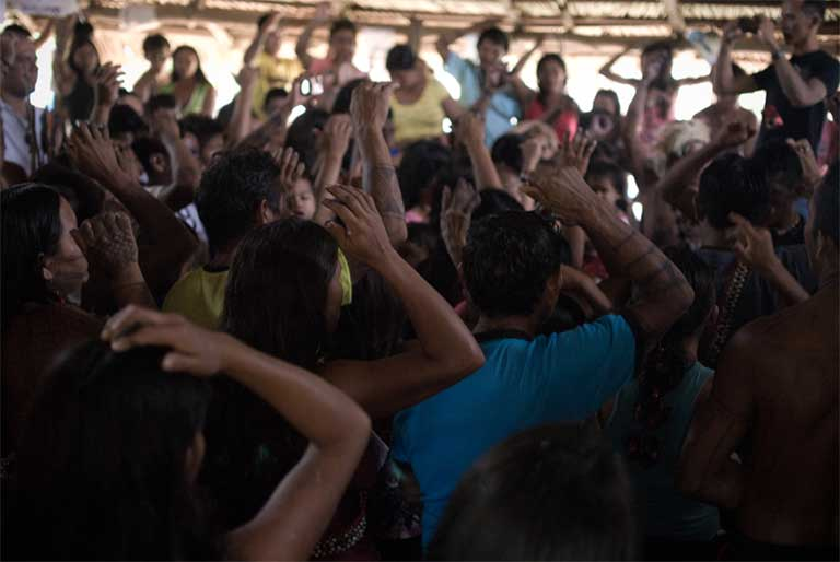 Assembly participants take a vote during the meeting. The Munduruku make decisions based on a democratic consensus process. Photo by Anderson Barbosa of the Anderson Barbosa / Fractures Collective