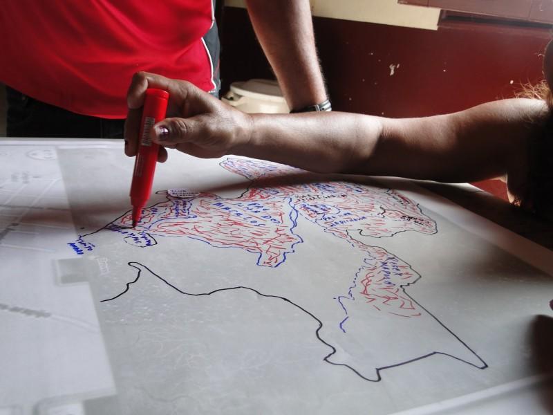 Mapping the Canaticu River. Photo courtesy of Instituto Peabiru.