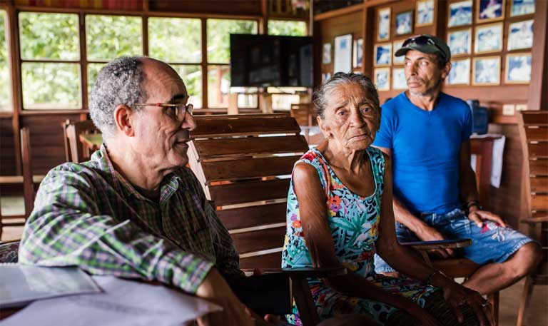 Team member Professor Mauro Almeida talks with two beiradeiros. Photo by Mauricio Torres