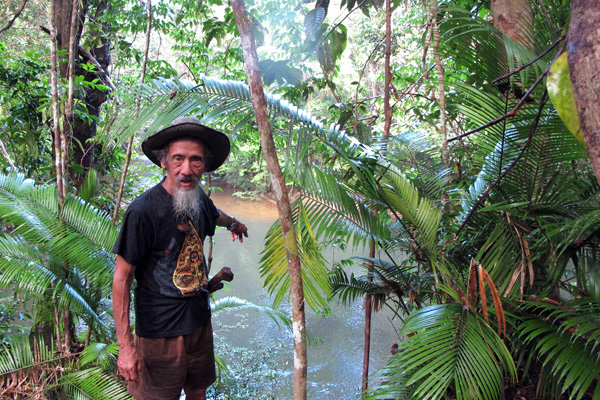 Eighty-four-year-old Apay Janggut, a Dayak Iban man from Sungai Utik in West Kalimantan, explains the benefits his people derive from the Utik River in their village. Photo by Andi Fachrizal