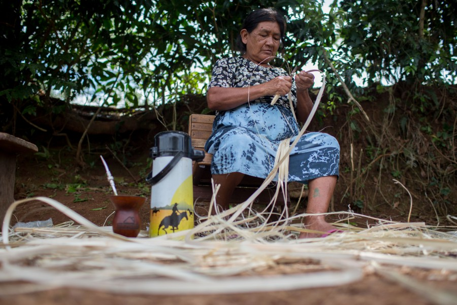 An indigenous woman makes crafts throughout the year to sell them during the high season. Photo courtesy of Mauro Pimentel.