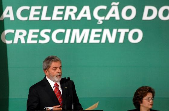 President Lula da Silva announces the PAC infrastructure program in 2010. Then future president Dilma Rousseff is to his right. Both have become embroiled in the Lava Jato corruption scandal. Photo by Marcello Casal Jr. courtesy of Agência Brasil licensed under the Creative Commons Attribution 3.0 Brazil license.