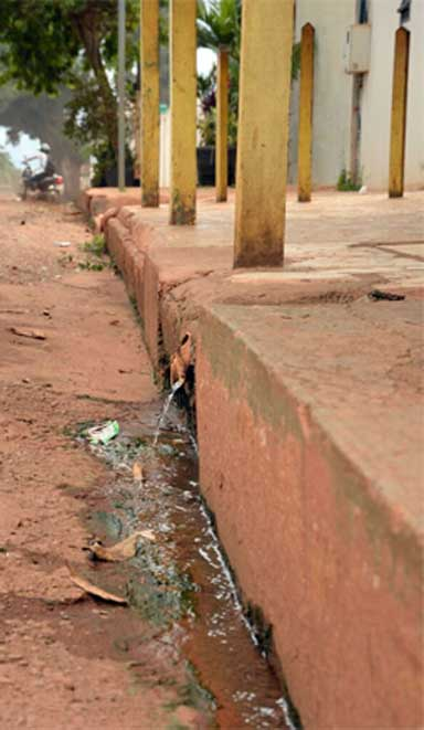 Sewage flows into an Altamira street. Norte Energia, the builder of the Belo Monte dam, has installed a municipal sewage system but has refused to link houses to it, insisting that this is the responsibility of the city government. Photo by Natalia Guerrero.
