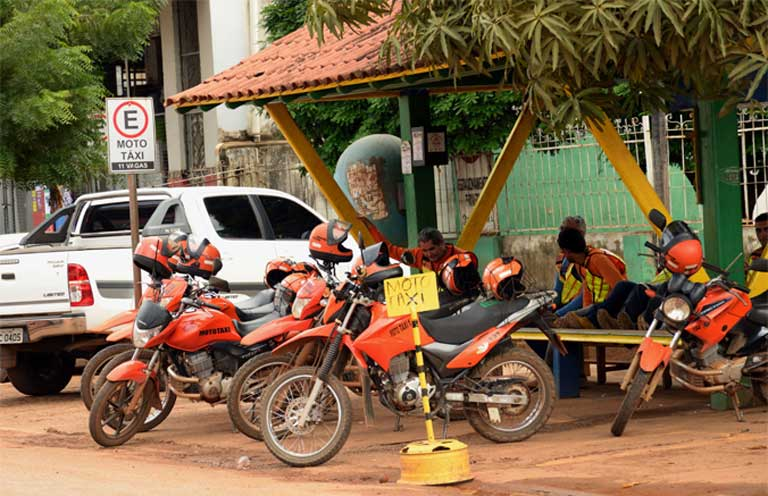 Moto-taxis in Altamira. The smells of exhaust and sewage permeate the air of the city, whose population has grown to over 100,000 to support the building of the gigantic and controversial Belo Monte dam. Photo by Natalia Guerrero.