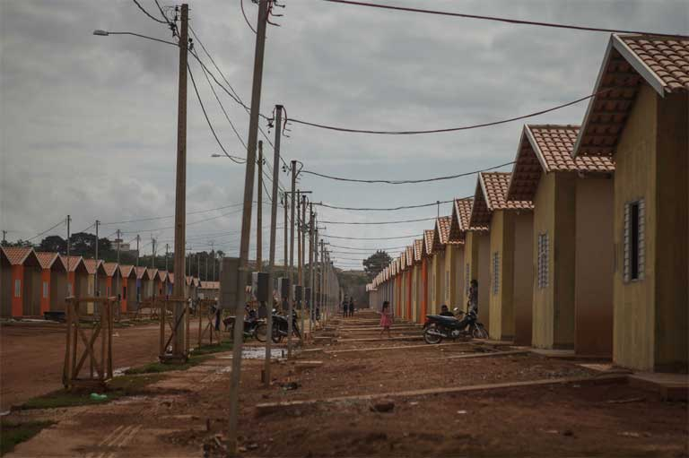 Families displaced by the Belo Monte dam have yet to be compensated by the construction companies as required by law, and are now living in poor neighborhoods on the outskirts of Altamira. Photo by Marcio Isensee e Sá / Repórter Brasil