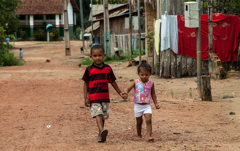 Children in Pimental, in the municipality of Trairão. Pimental's entire population will be displaced by the dam, but no one knows so far where they will be moved to, or how they will be compensated for the loss of their homes and community. Photo by Lilo Clareto / Repórter Brasil