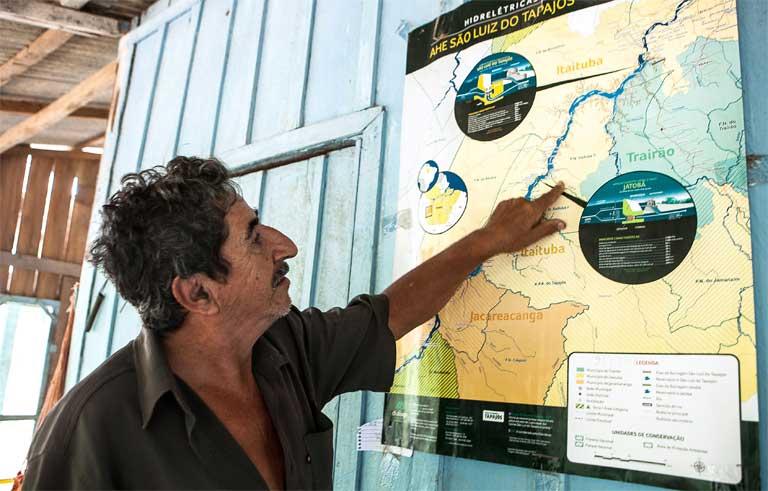 Arlindo de Oliveira points out the site of the proposed São Luiz do Tapajós dam. Photo by Lilo Clareto / Repórter Brasil