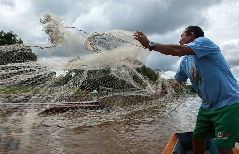 A Tapajós Basin fisherman casts a net. Seven major dams are proposed for this part of the Amazon, doing considerable harm to local fisheries, hurting regional economies, and making them more dependent on food imported from elsewhere. Photo by Lilo Clareto/Repórter Brasil