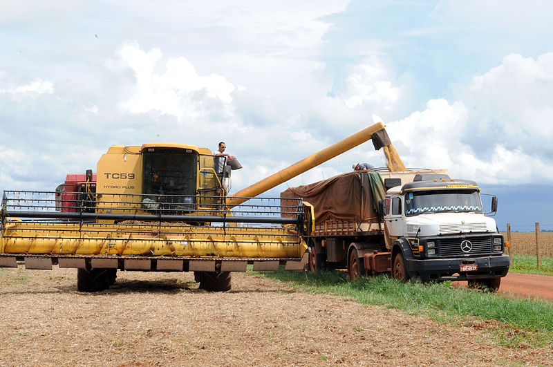 Mato Grosso soy harvest. If built, the Tapajós industrial waterway would move soy from Brazil's interior along Amazon rivers to the Atlantic coast. Photo courtesy of Agência Brasil