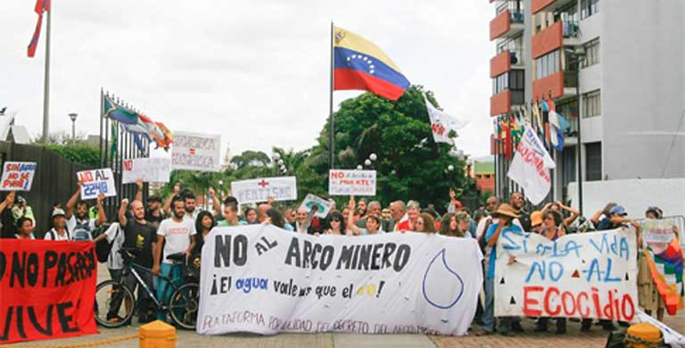 Protesters against the Orinoco Mining Arc let their opposition be known at the Venezuelan Supreme Court. Photo Courtesy of Aporrea