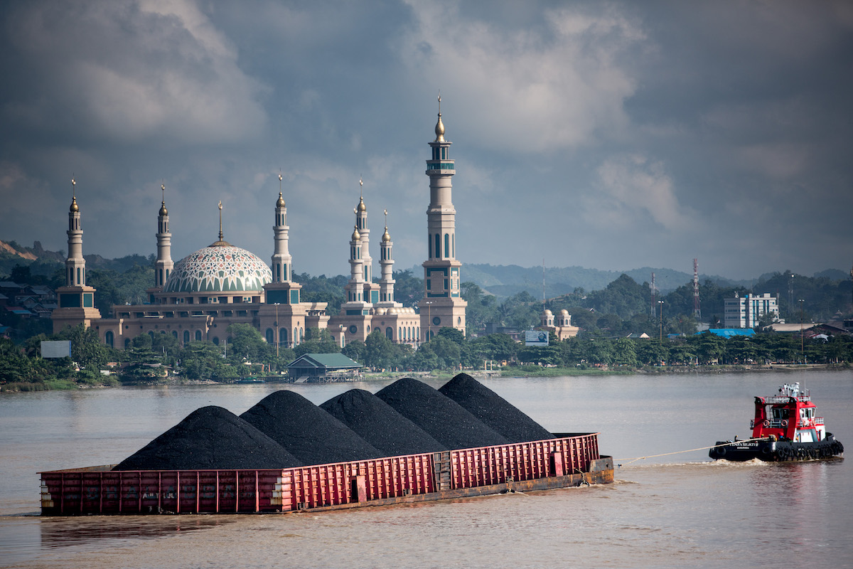 Coal barges on the Mahakam river in Samarinda, East Kalimantan. Photo by Kemal Jufri/Greenpeace.