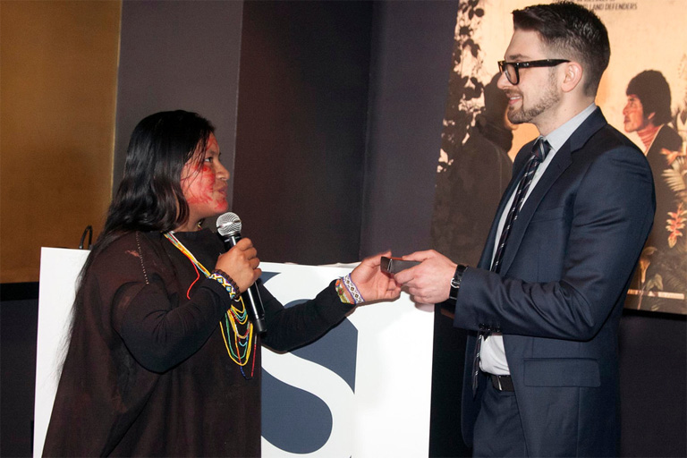 Soros giving the 2014 award to a Peruvian representative of the winners' indigenous community. Photo by Miguel R.