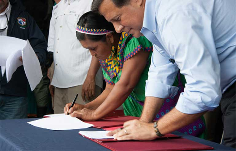 . Former General Cacica Silvia Carrera and Panamanian President Juan Carlos Varela sign the recently rejected Barro Blanco agreement on August 22nd at a ceremony in Llano Tugri, the capital of the Ngäbe-Bugle comarca. Photo by Camilo Mejia Giraldo