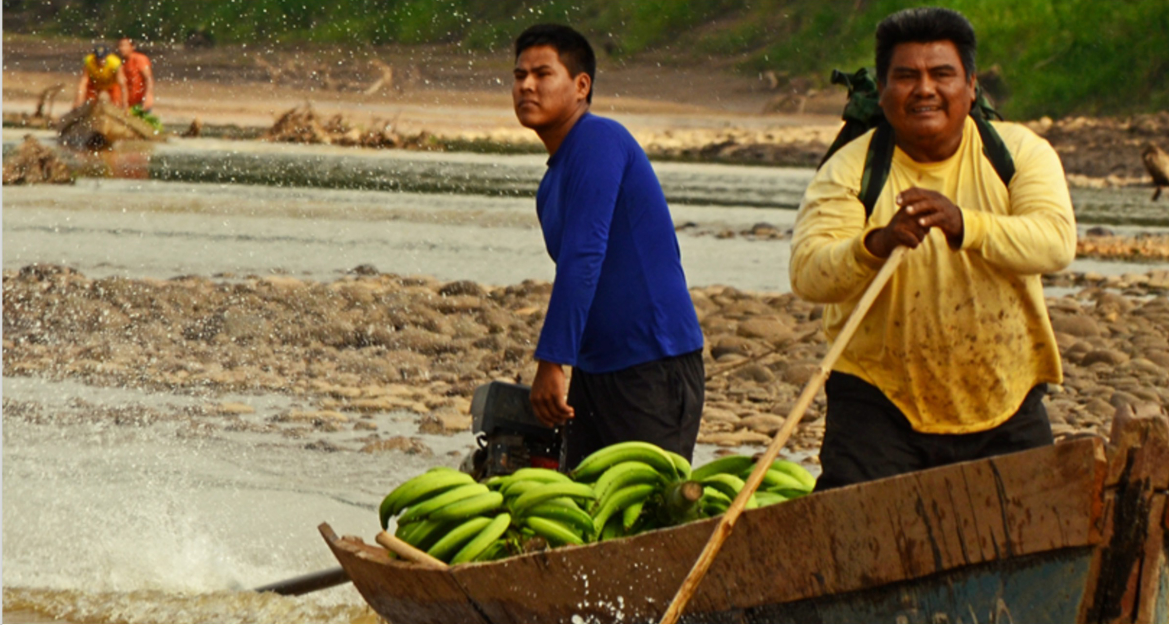 Demetrio Arce carrying bananas. Photo by Eduardo Franco