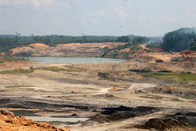 Coal mining pit in Jambi, Sumatra. Photo by Feri Irawan.
