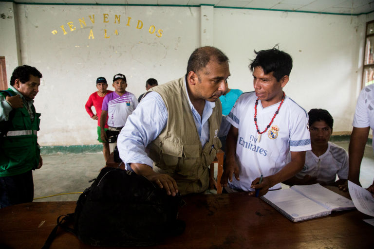 Gilter Yuyarima Tapuyima, the community leader of Nueva Alianza (right) and Luis Zapata Palacios, head of corporate communications for Petroperú signing agreements after the community meeting at Nueva Alianza on Sep 18. Photo by Ann Wang