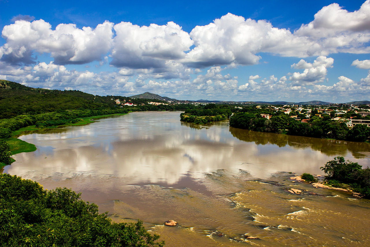 The Rio Doce Valley at the city of Governador Valadares in April, 2015, just months before the mining disaster. Photo by Rafa Tecchio licensed under the Creative Commons Attribution-Share Alike 3.0 Unported license