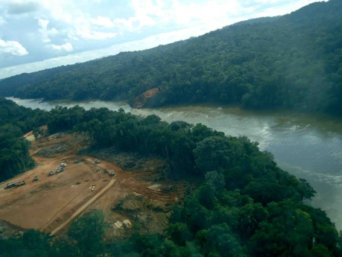 A Teles Pires River dam construction site. The four dams located there are part of the Tapajós Complex, a series of more than 40 dams to be constructed in the Tapajós Basin as part of the Tapajós Complex, an industrial waterway for moving soy to the Atlantic Coast. Photo courtesy of International Rivers