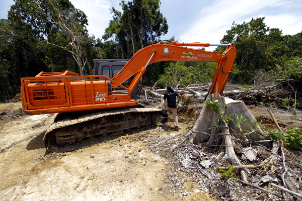 The excavator stopped by the authorities is seen in Singkil in late October. By last week, it had gone missing. Photo by Junaidi Hanafiah