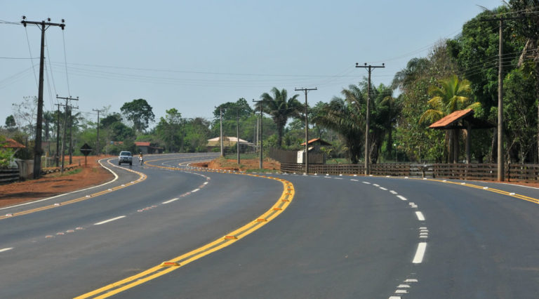 The BR-364 highway in the northern Brazilian Amazon. By 2050, an estimated 25 million kilometers of new roads are planned, mostly in the developing world. These roads provide a gateway into forests and easy access for illegal loggers, settlers, and wildlife traffickers. Photo by Gleilson Miranda licensed under the Creative Commons Attribution 2.0 Generic license.