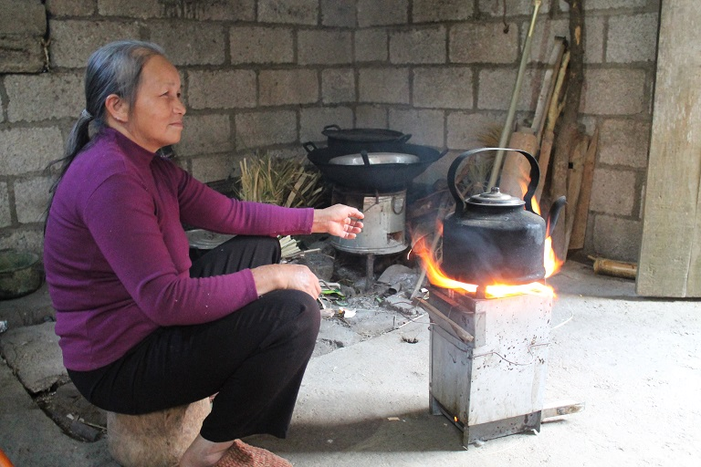 Luc Thi Ngan prepares tea on her He Xanh C16 stove in Da Be Village. Photo by Michael Tatarski for Mongabay