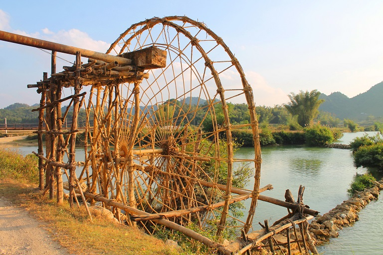 One of the water wheels that makes up Trung Khanh's complex irrigation system. Photo by Michael Tatarski for Mongabay