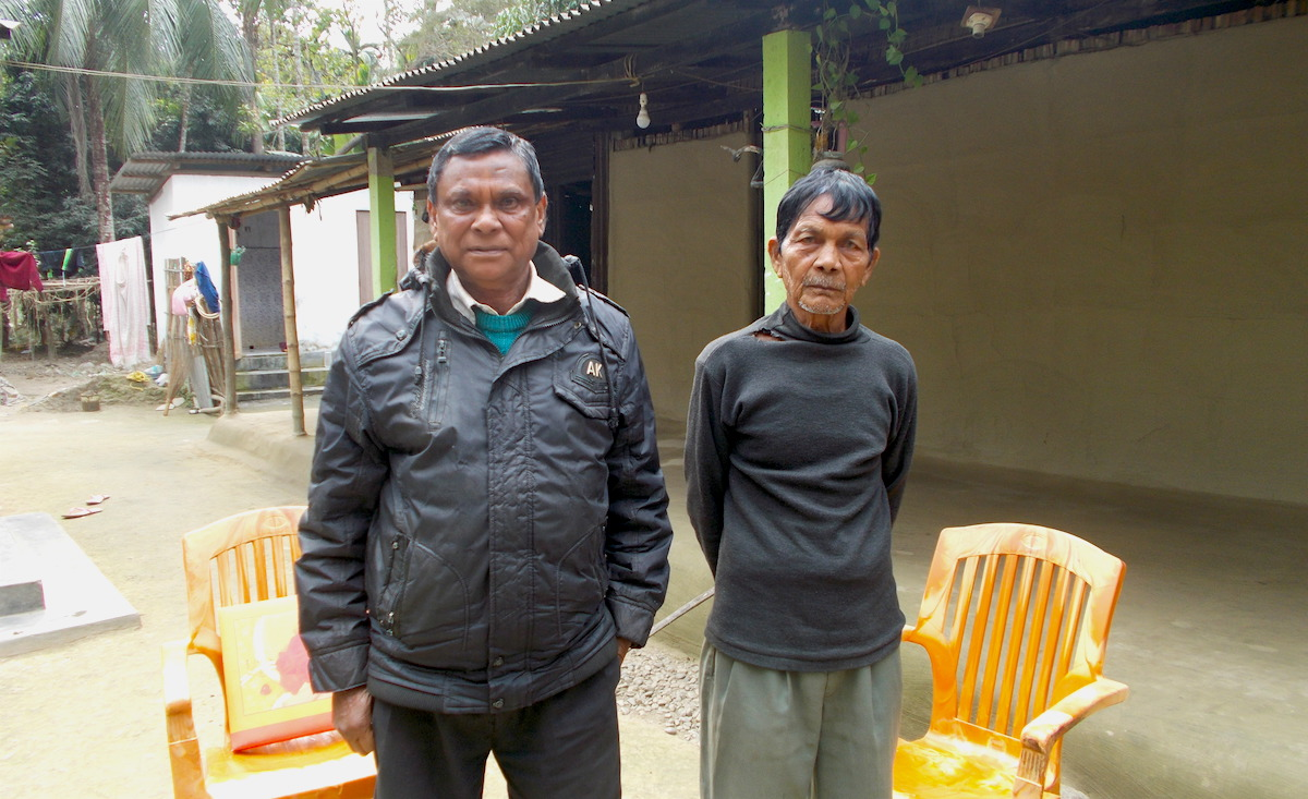 Babulal Orang, a retired forest guard, with Binay Orang, the village headman of Raghavbil village. Photo by Bikash Kumar Bhattacharya for Mongabay.