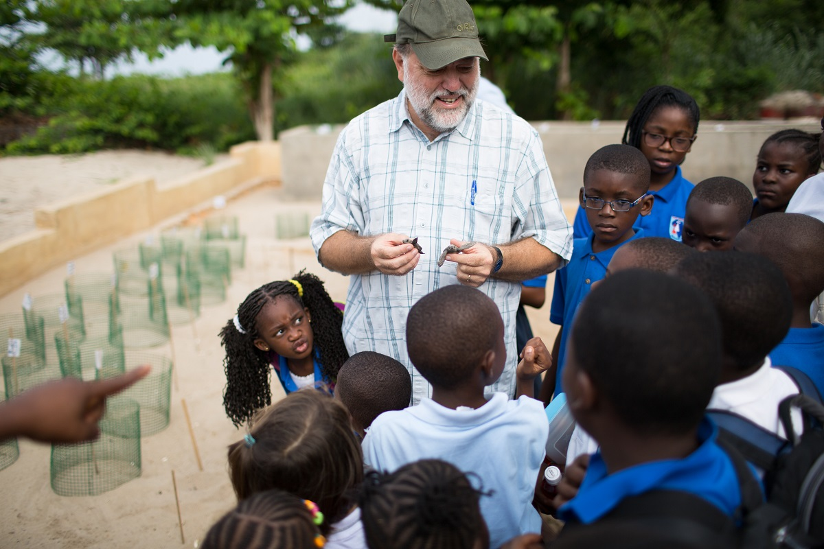 Marcel Collet discusses turtle conservation with local schoolchildren. Photo by William Clowes for Mongabay.