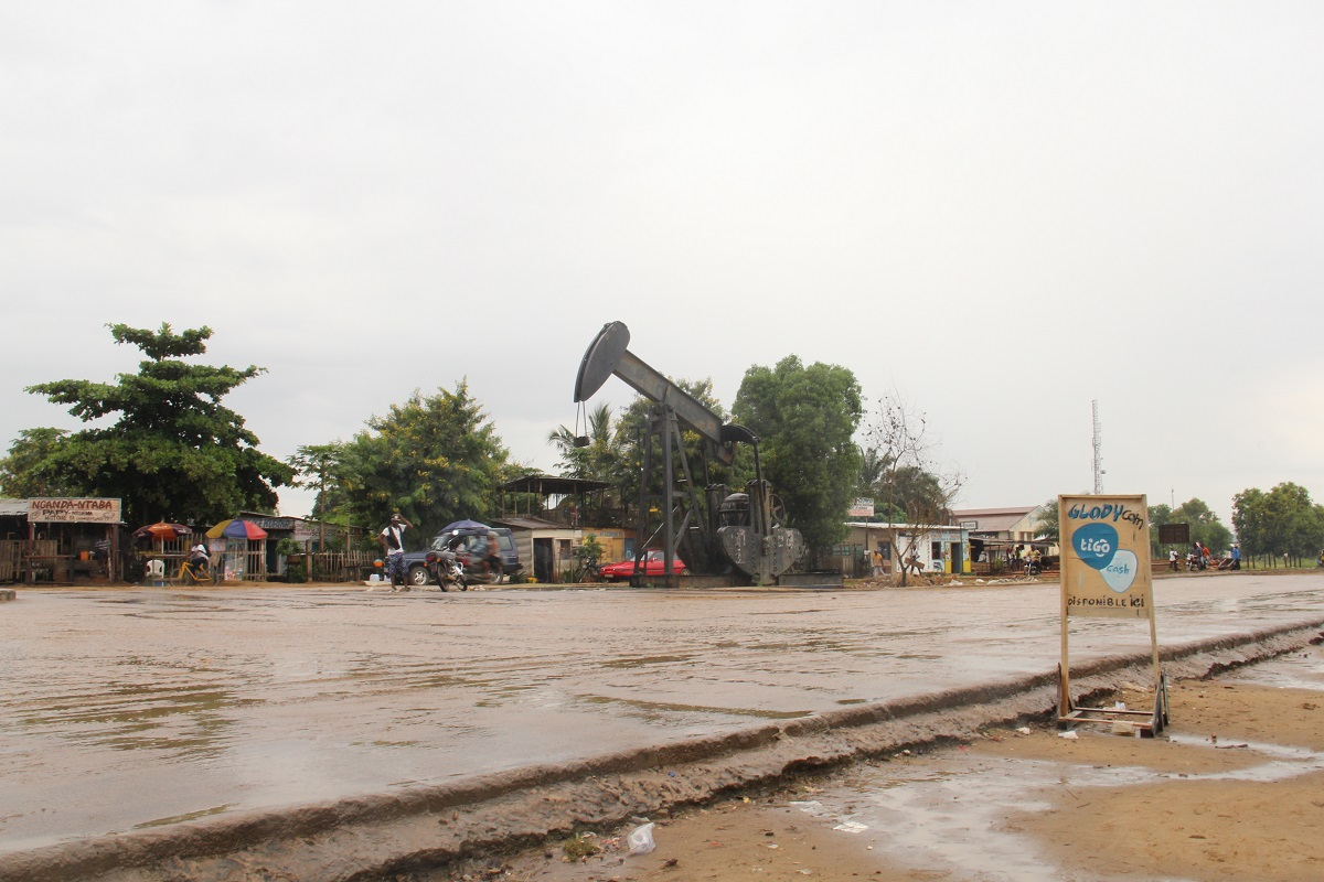 A Perenco oil drill in Muanda. Photo by William Clowes for Mongabay.