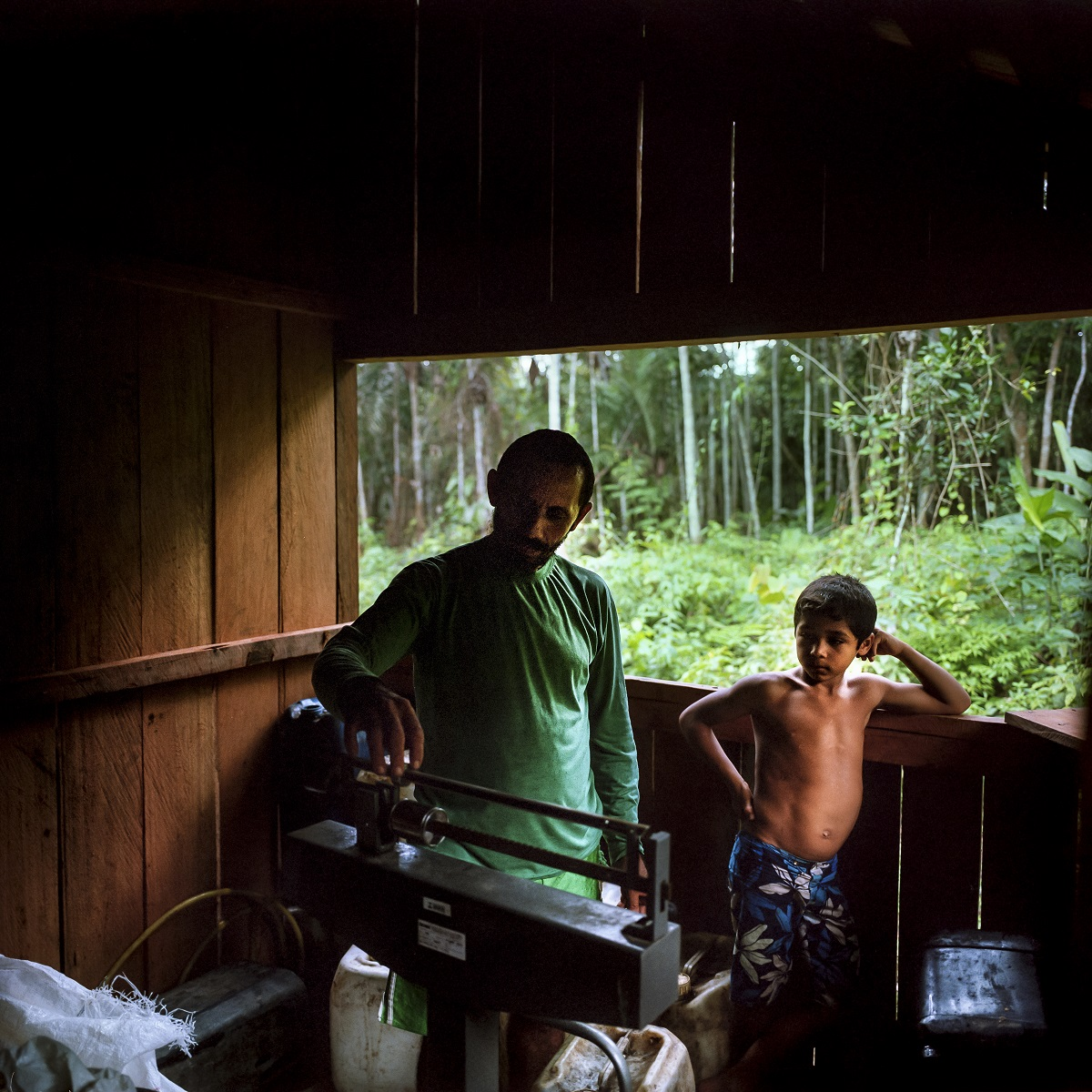 Pedro Pereira (l) at home. Photo by Maximo Anderson for Mongabay.