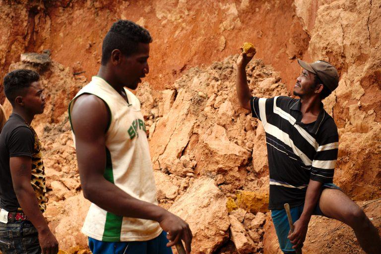 Quelques mineurs travaillent toujours sur le site d'Andasiakondro, où une ruée au rubis a eu lieu en 2002, attirant plus de 10 000 personnes. Photo Arnaud De Grave / Agence Le Pictorium.