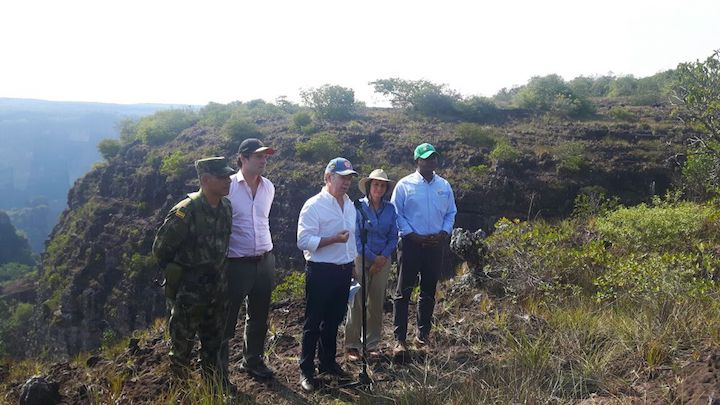 From the helicopter, the president and his delegation observed the destruction of the Amazon rainforest. In the photo, in addition to Santos, the Minister of Environment, Luis Gilberto Murillo; the director of Natural Parks, Julia Miranda; and businessman Alejandro Santo Domingo were also present. Photo by Esteban Montaño.