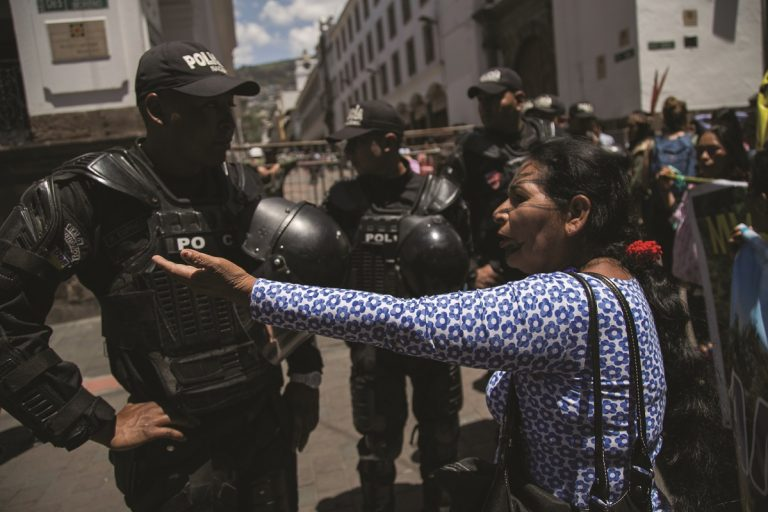 The vice president of the Confederation of Indigenous Nationalities of the Ecuadorian Amazon (CONFENIAE), Zoila Castillo confronts a policeman demanding that she be let into the government palace of Carondelet to personally deliver to the president the order they prepared on March 12, 2018. Photo by Jonatan Rosas.