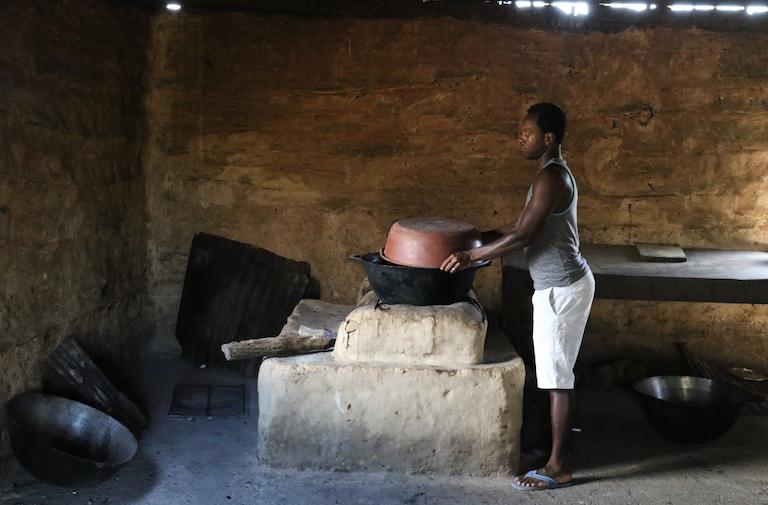 Clinton Martínez prepara una comida en la cocina comunal del asentamiento Garifuna de Vallecito.  Imagen de Christopher Clark para Mongabay.