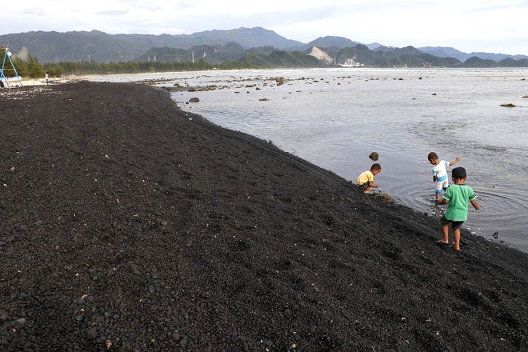 Indonesia Demands Cleanup After Coal Spill Pollutes Beach